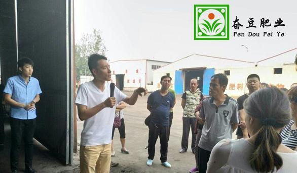 刘总正在为蔬菜种植户讲解